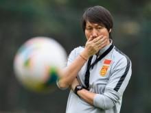 新帅李铁率领新一届国足在广东佛山首训,场边一串标语亮了