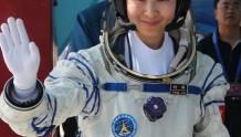 接棒杨利伟,中国首位女航天员刘洋领新任务