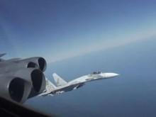 """空中""""过招""""!俄战机多次近距离飞过B-52轰炸机"""